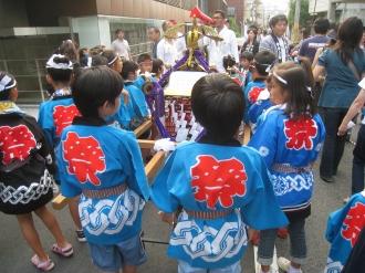 子ども神輿に集まる子どもたち