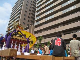 ガーデンティアラ武蔵小杉で休憩する子ども神輿