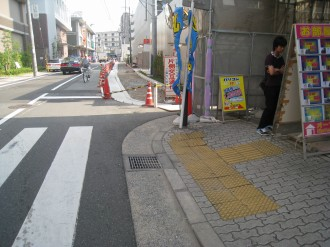 中原警察署新庁舎前の歩道(北側)