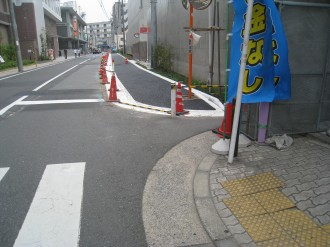 中原警察署新庁舎前の歩道(北側端)