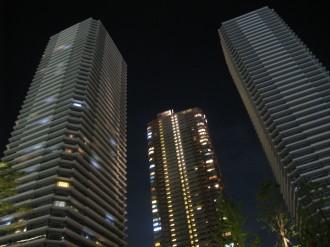入居済みのイーストタワー(左)と未入居のウエストタワー(右)