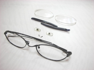 分解されたメガネ
