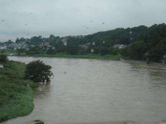 増水した多摩川(8時頃、東横線橋梁より)